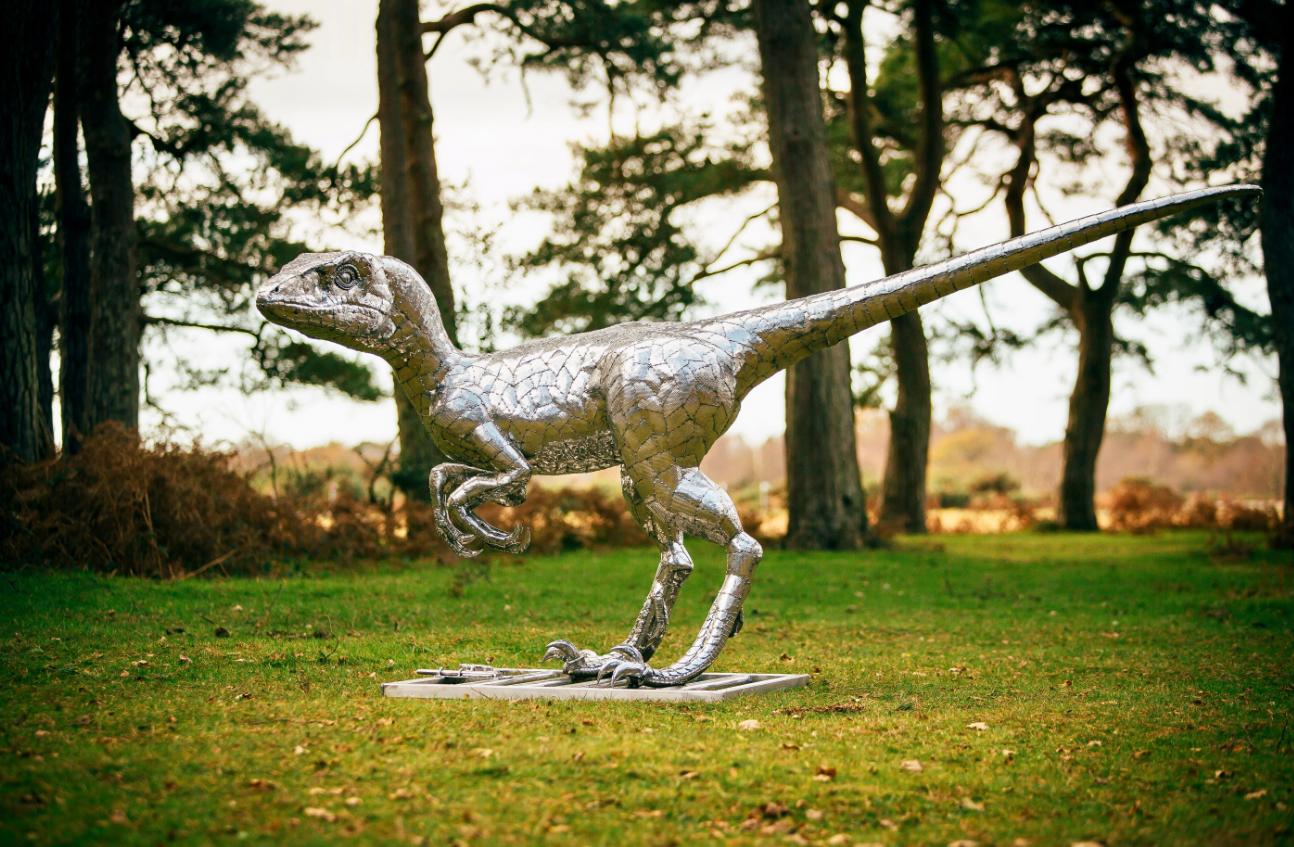 Dinoxauri in giardino: le lamiere bugnate diventano arte